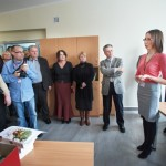 Goście odwiedzają odnowione pomieszczenie Działu Gromadzenia i Opracowania Zbiorów, kierownik opowiada o pracy swojego działu
