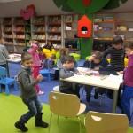 Dzieci rysują przy stolikach