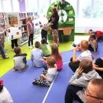 Dzieci oglądające swoje prace