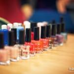 Rząd flakoników z kosmetykami na stole