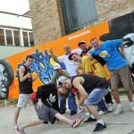 Pokazy break dance na tle graffiti