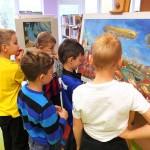 Dzieci obserwujące obrazy