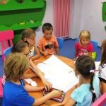 Dzieci w trakcie rysowania