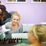 Kobiety przy stole z kosmetykami