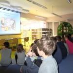 Dzieci oglądające prezentacje