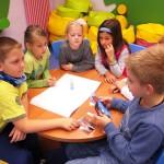 Dzieci siedzące przy stole