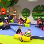 Sala z dziećmi zajętymi rysowaniem