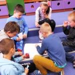 Dzieci rysujące razem