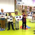 Dzieci z kartkami