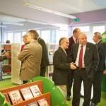 Goście odwiedzają odnowione pomieszczenie Oddziału dla Dzieci