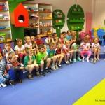 Dzieci siedzące w rzędach