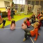 Dzieci przy flipcharcie wykonują zadanie zlecone przez prowadzącą