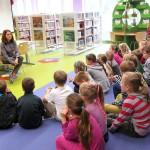 Dzieci słuchają opiekunki
