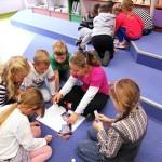 Dzieci rysujące na podłodze