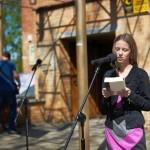 Dziewczyna czytająca na głos