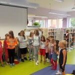 Grupka dzieci stoi na środku sali