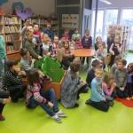 Dzieci siedzą i oglądają wystawę