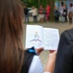 Dwie dziewczyny czytają książkę, widok od tyłu na trzymaną w rękach książkę