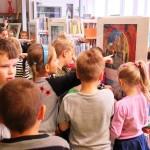 Dzieci patrzące na obrazy