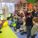 Dzieci podnoszą ręce i zgłaszają się do zabawy
