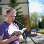 Pan biorący udział w publicznym czytaniu