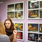 Dwie kobiety rozmawiają stojąc przy wystawie