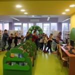 Dzieci idą za sobą tworząc stonogę