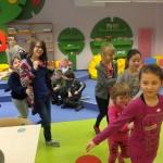 Dzieci podczas zabawy ruchowej