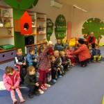 Dzieci zgłaszają się do wykonania zadania