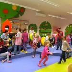 Dzieci przemieszczają się po bibliotece