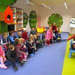 Zabawa, w której jedno dziecki siedzi odwrócone tyłem do reszty kolegów