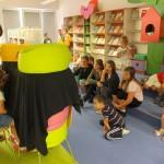 Dzieci oglądają teatrzyk przygotowany przez inne dzieci
