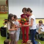 Dzieci otrzymują kwiaty