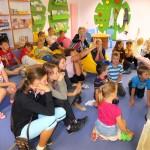Dzieci siedzą i oglądają przedstawienie