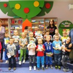 Grupowe zdjęcie w sali dla dzieci