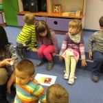 Grupka dzieci z wychowawczynią