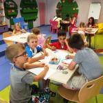 Dzieci siedzą i malują