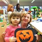 Zdjęcie dziecka z opiekunką z maską