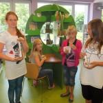 Dziewczynki pokazują swoje butelk z włożonym listem