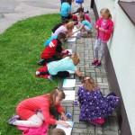 Dzieci rysujące na dworze