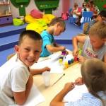 Dzieci malują w czasie ferii
