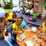 Dzieci układają puzle
