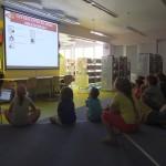 Dzieci patrzące na monitor