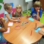 Dzieci rysujące na stole