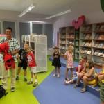 Żeglarz z dziećmi w bibliotece