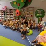 Dzieci siedzą i słuchają