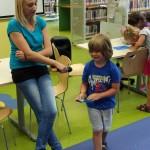 Dziecko mówiące do mikrofonu