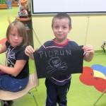 """Chłopiec prezentuje swoją piracką banderę z napisem """"Piorun"""""""