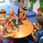 Grupa dzieci przy stole