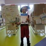 Chłopiec w pirackim stroju pokazuje swój dyplom